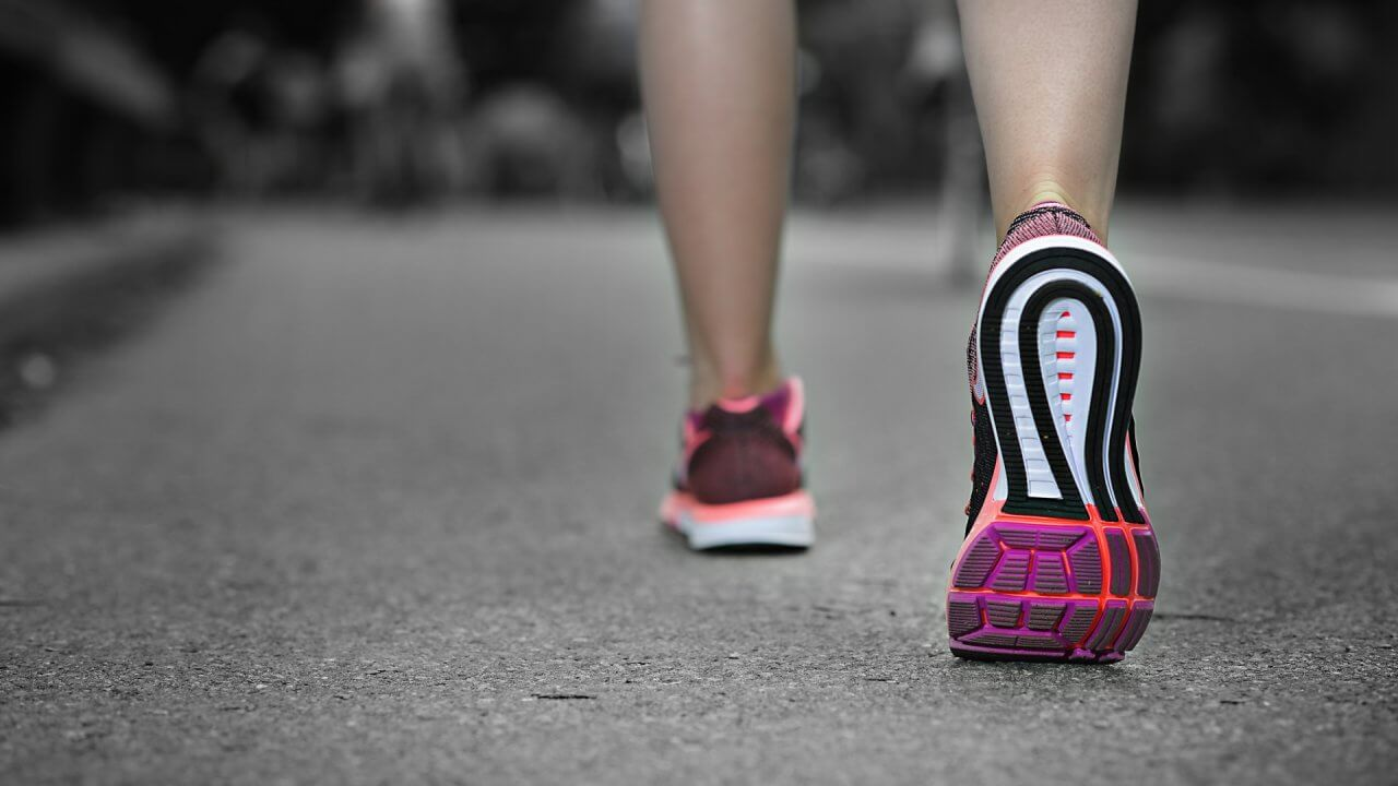 歩くときに足の裏・付け根が痛いときの原因と対策