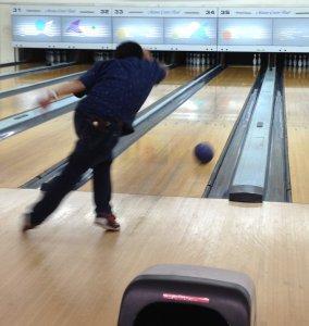 振り子のイメージでまっすぐボールを振る