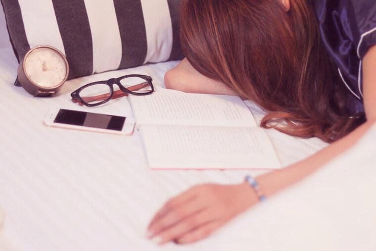 寝ても寝ても眠い?生理前に眠くなる原因